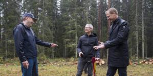 Apple's Tim Cook plants trees at Iggesund, acknowledges Holmen's climate-smart efforts.