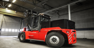 Kalmar unveils again an industry first: Fully electric medium-range forklift.